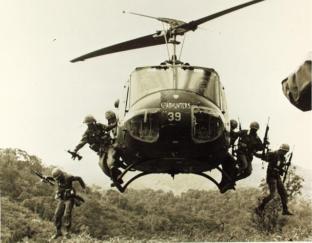 Soldados saltando del helicóptero en la guerra de Vietnam