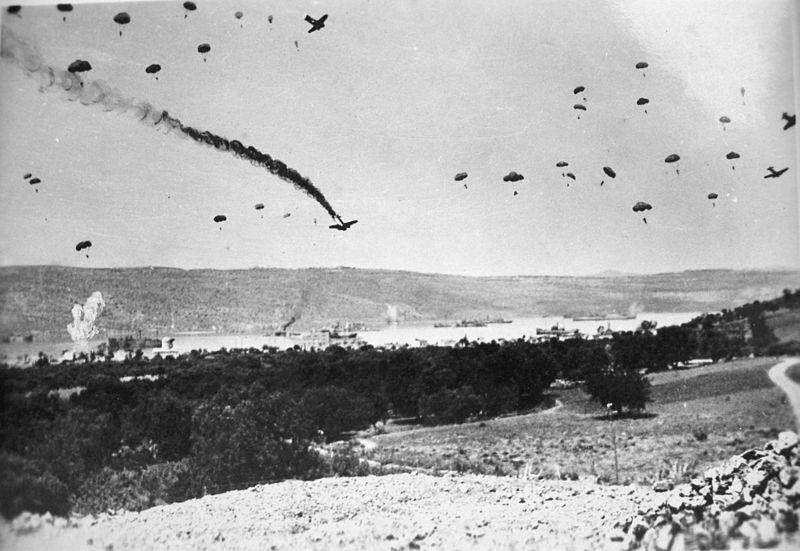Paracaidistas alemanes invadiendo Creata en la Segunda Guerra Mundial