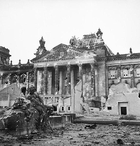 El Reichstag después de la batalla de berlin, 1945