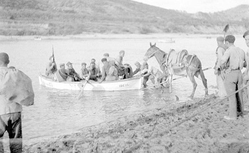 Tropas republicanas cruzando el Ebro. Guerra Civil Española