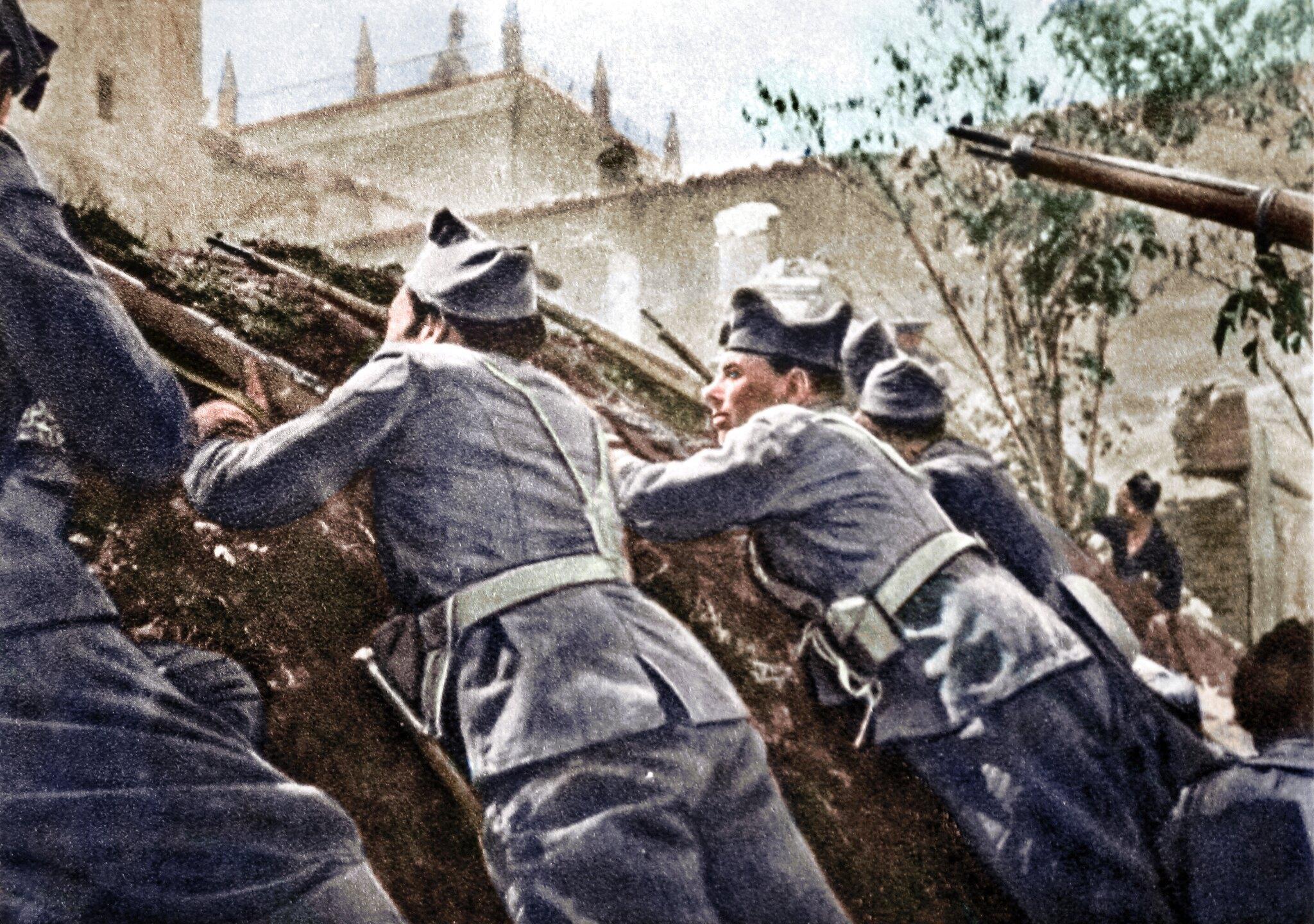 Guardias de asalto republicanos asaltando el Alcázar de Toledo en la guerra civil española