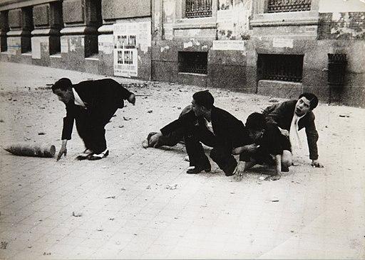 Madrileños huyendo en un bombardeo en Madrid