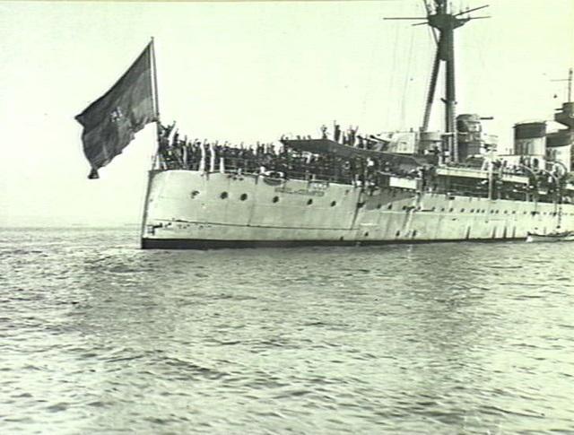 El crucero Miguel de Cervantes de la Segunda República Española en 1936 defendiendo el estrecho de Gibraltar.