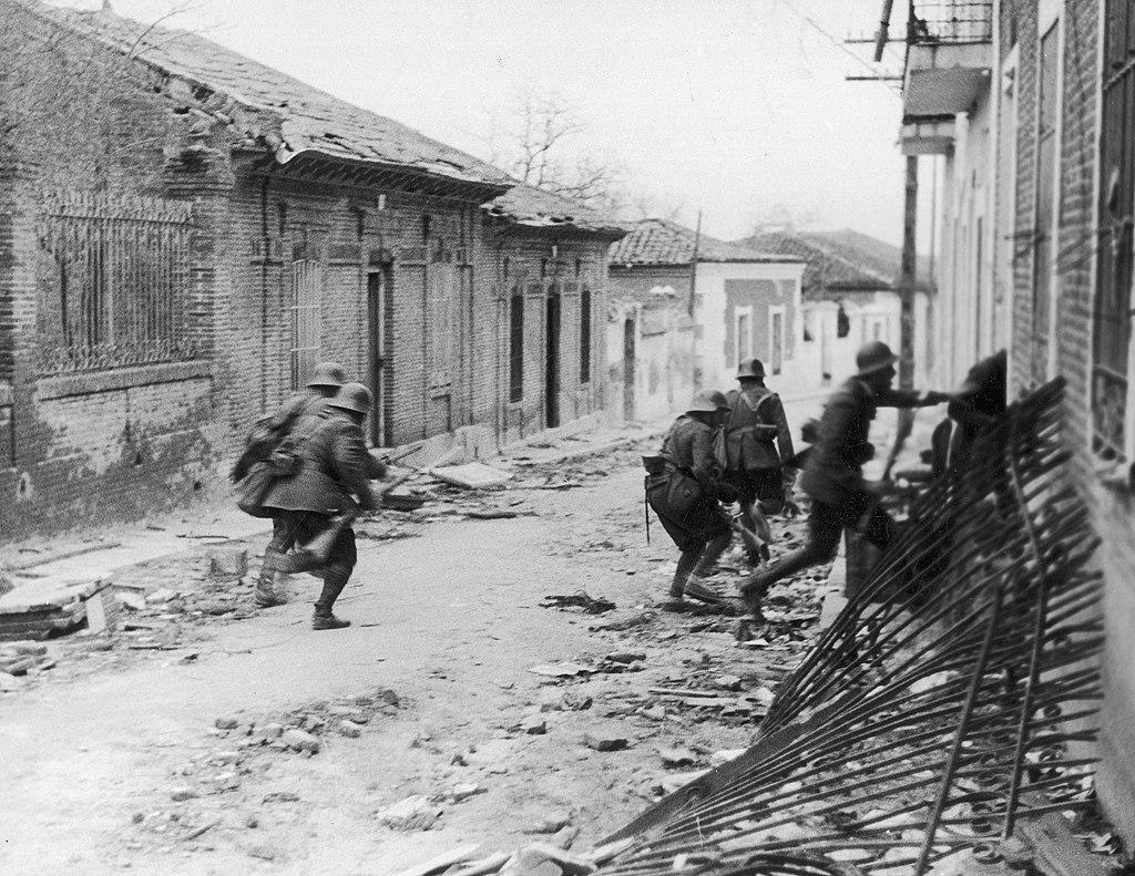 Soldados nacionalistas tomando un barrio en los suburbios de Madrid durante la guerra civil española