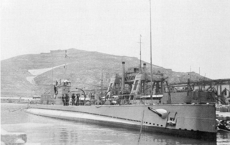 Submarino español (C-3) y buque de rescate de submarinos Kanguro atracados en la base naval de Cartagena, España.