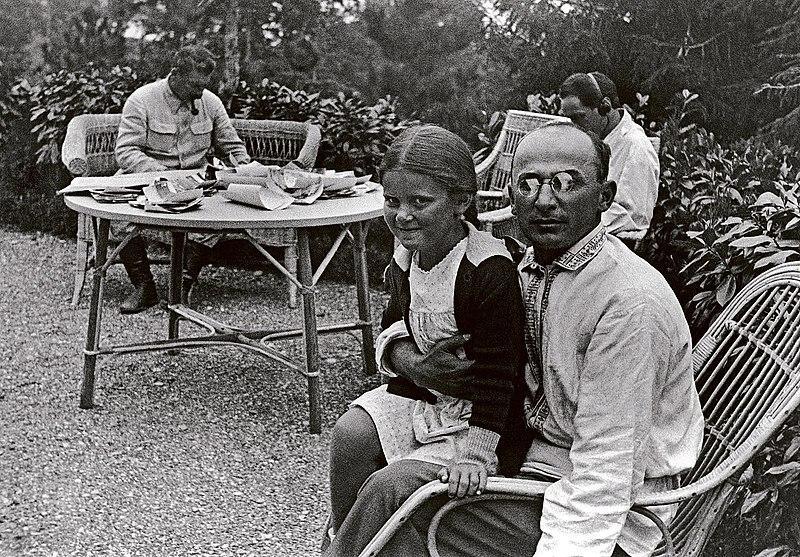 Imagen de Beria con la familia de Stalin