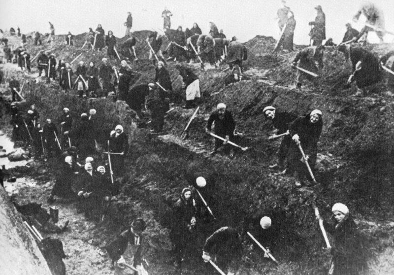 Rusos construyendo trincheras en torno a Moscu en la Segunda Guerra Mundial