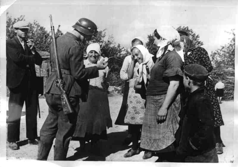 Soldado alemán con civiles ucranianos