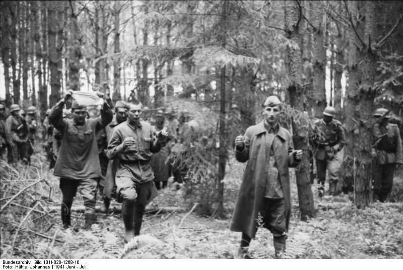 Soldados rusos rindiéndose a tropas alemanas en la Operación Barbarroja
