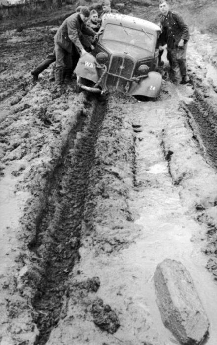 Automóvil alemán atascado en el barro de una carretera rusa durante la Segunda Guerra Mundial