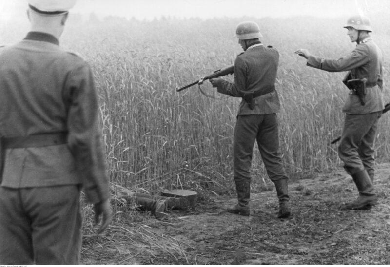 Soldados alemanes asesinando a un civil ruso durante la Operación Barbarroja