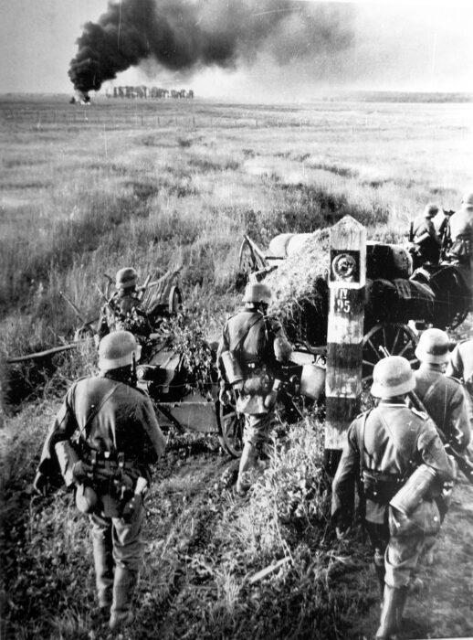Tropas alemanas cruzando la frontera de Rusia en la Operación Barbarroja