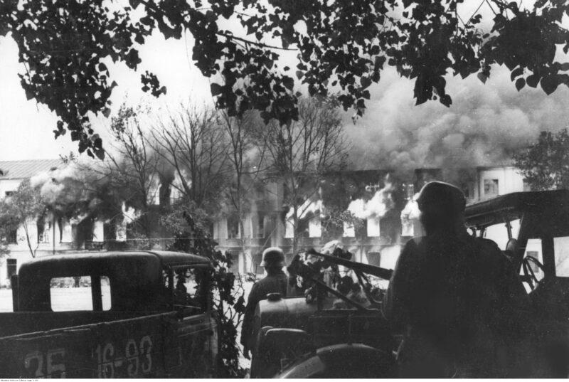 Tropas alemanas entrando en Smolensko durante la invasión nazi de la URSS