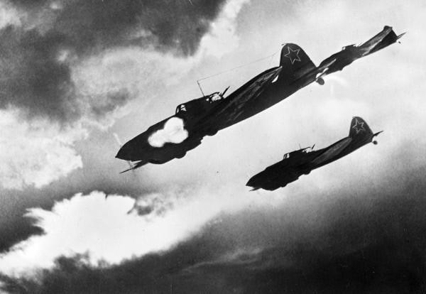 Aviones soviéticos del tipo Ilyushin Il-2 atacando a formaciones alemanas en tierra durante la batalla de Kursk