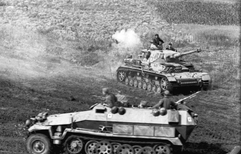 Panzer IV y semioruga Sd.Kfz. 251 alemanes durante la batalla de Kursk