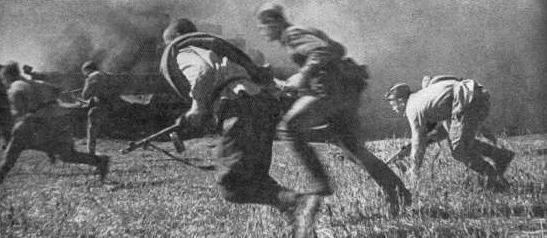 Soldados del Ejército Rojo atacando en el rio Dnieper