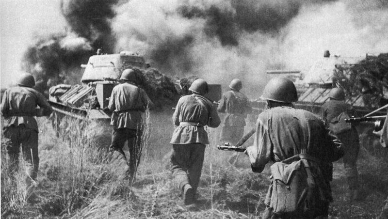 Tropas del Ejército Rojo atacando en Kursk durante la Operación Ciudadela